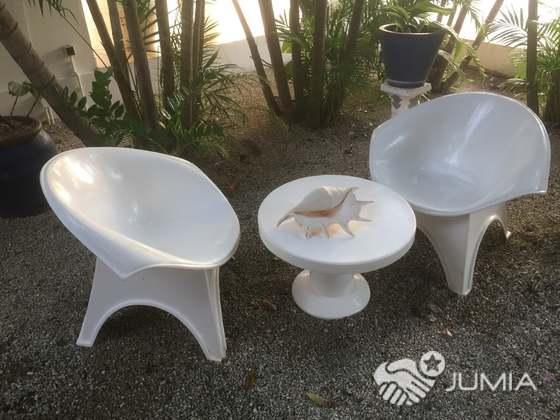 2 fauteuils et une petite table de jardin